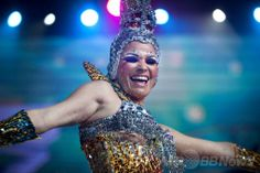 スペイン領カナリア(Canary)諸島テネリフェ(Tenerife)島のサンタクルス・デ・テネリフェ(Santa Cruz de Tenerife)で開催されているサンタクルス・カーニバル(Carnaval de Santa Cruz de Tenerife)のメーンステージで踊るダンサー(2014年2月22日撮影)。(c)AFP/DESIREE MARTIN ▼24Feb2014AFP|カナリア諸島のカーニバル、華やかなダンサーら競演 http://www.afpbb.com/articles/-/3009187