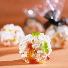 The kids will love these treats! Just whip up a batch of popcorn balls, then add a few gummy worms, black licorice bits, candy corn, or other candies in Halloween colors. Halloween Cupcakes Easy, Halloween Popcorn, Halloween Treats For Kids, Holiday Treats, Easy Halloween, Halloween Goodies, Halloween Party, Holiday Fun, Festive