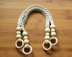 Pair of Cream Cord Bag Handles, with Wood Ring – by Imppar o… Paar Cream Cord-Taschengriffe mit Holzring – 50 cm von Imppar auf Etsy Crochet Handles, Macrame Purse, Diy Sac, Purse Handles, Diy Purse, How To Start Knitting, Jute Bags, Fabric Bags, Crochet Purses
