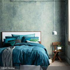 Die Bettwäsche und Dekokissen in verschiedenen Petroltönen verleihen diesem Schlafzimmer seinen eleganten Look, wirken dabei dezent und wohnlich …