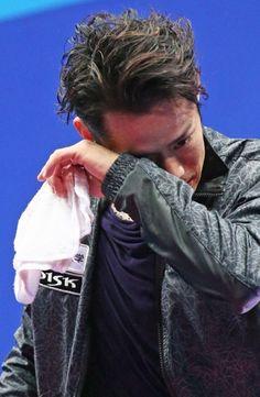 フィギュアスケート全日本選手権の男子フリープログラムで自身の得点発表を聞いた後、目元をぬぐいながらリンクを後にする高橋大輔=さいたまスーパーアリーナで2013年12月22日、山本晋撮影