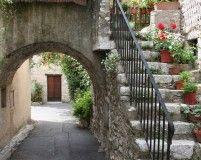 Ruelles et portes dérobées #lacolle Arch, Sidewalk, Outdoor Structures, Photo And Video, Garden, Old Stone, Puertas, Longbow, Garten