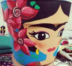 Macetera de barro Flower Pot Art, Flower Pot Design, Flower Pot Crafts, Clay Pot Crafts, Felt Crafts, Painted Plant Pots, Painted Flower Pots, Tin Can Art, Plastic Bottle Art
