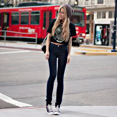 Calça skinny, blusa cropped e all star. <3