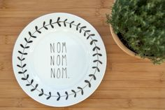 Illustrated Nom Nom Nom Plate With Leafy Wreath by Oh No, Rachio eclectic dinnerware Sharpie Plates, Sharpie Crafts, Diy Sharpie Mug, Ceramic Plates, Decorative Plates, Pottery Painting, Ceramic Painting, Painted Pottery, Pebeo Porcelaine 150