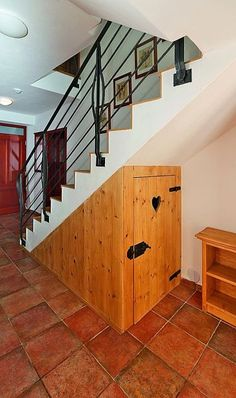 Přístřešek pod schody slouží jako úložný prostor.