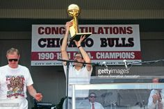 Fotografia de notícias : Phil Jackson of the Chicago Bulls celebrates at...