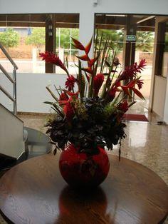 Vaso com arranjo de flores no hall do hotel Vale dos Carajás, Parauapebas - PA
