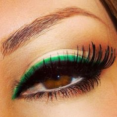 Green eyeliner is perfect for brown eyes