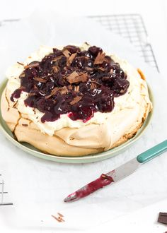 This one pavlova with cherries and chocolate is really spectacular Christmas dessert, do not you think so? You definitely make an impression with this pavlova! Hot Chocolate Sauce, Salted Caramel Chocolate, Chocolate Pavlova, Small Desserts, No Bake Desserts, Dessert Recipes, Apple Crumb Cheesecake, Mini Trifle, Cherry Compote