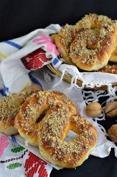 Mucenici moldovenesti impletiti - CAIETUL CU RETETE Romanian Food, Romanian Recipes, Strudel, Sweet Cakes, Bagel, Dessert Recipes, Food And Drink, Cooking Recipes, Homemade