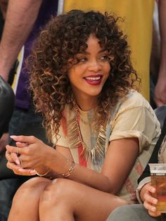 I've never seen Rhianna with curly hair, like it and love the color