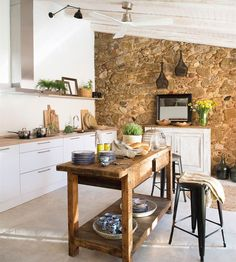 Mobiliario decapado White kitchen with stone wall, wooden beams in white and central island with recovered furniture # decor Kitchen Dining, Kitchen Decor, Sweet Home, Stonewall Kitchen, Cuisines Design, Küchen Design, Interior Design, Home Living, Home Kitchens