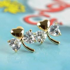 The Classic Clover Shaped Women's Stud Earrings White give a classic design and modernized look,which will light up your face.They are made in Alloy and Clover Shaped. Click-top ear-ring backs hold this unique pair secure and comfortable on the ears. These classic diamond stud ear-rings are a timeless gift.