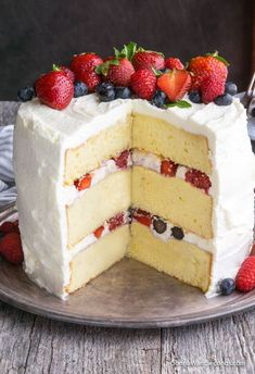 Berry Chantilly Cake Recipe (With Video!) This Berry Chantilly Cake is made up of 3 layers of rich, tender cake covered in a luscious mascarpone frosting and sweet berries. It's Crazy Delish and tastes even better than it looks! Chantilly Cake Recipe, Berry Chantilly Cake, Chantilly Cream, Köstliche Desserts, Dessert Recipes, Summer Desserts, Summer Cake Recipes, Berry Cake, Cake Cover