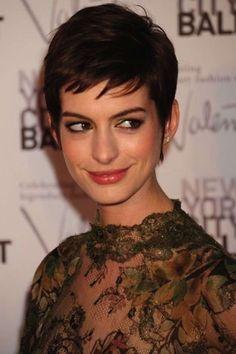 Cortes de pelo corto y pixie de las famosas: fotos de los looks - Anne Hathaway pelo muy corto