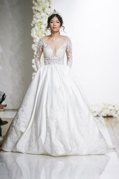 Perfect Wedding Gowns To Flaunt This Season Perfect Wedding Gowns To Flaunt This Season. dresses bohemio inspiration Perfect Wedding Gowns To Flaunt This Season White Bridal Dresses, Wedding Dresses Uk, Classic Wedding Dress, Perfect Wedding Dress, Bridal Gowns, Indian Wedding Gowns, Making A Wedding Dress, Applique Wedding Dress, Long Sleeve Wedding