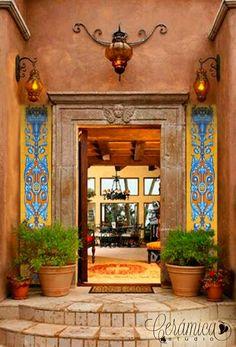 Hacienda Mexicana. Estilo renacimiento español. Una preciosa entrada flanqueada por dos pilastras en cerámica de Talavera de la Reina al más puro estilo renacentista, que se funde con la arquitectura mexicana creando un ambiente cálido y acogedor.