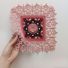 모티브 뜨기 후 엣징을 어떻게 하냐에 따라 그 느낌은 사뭇다르다.블랭킷이 될 수도 멋진 레이스 러너가 될... Crochet Squares, Crochet Motif, Diy Crochet, Crochet Doilies, Crochet Patterns, Chicken Scratch, Crochet Fashion, Geometry, Diy Crafts