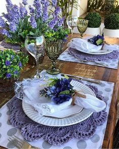 The crochet Sousplat is a piece that serves to complement the decoration of the dining table with sophistication, beauty and elegance. Table Arrangements, Table Centerpieces, Raindrops And Roses, Beautiful Table Settings, Deco Table, Decoration Table, Dining Room Table, Home Decor, Type 3