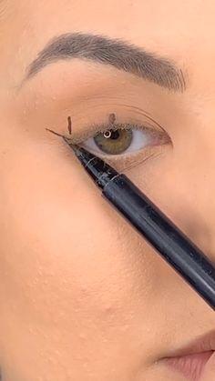 Eyeliner in 10 seconds by @elliemakeupartistt Edgy Makeup, Eyebrow Makeup, Makeup Inspo, Eyeshadow Makeup, Makeup Inspiration, Cat Eye Makeup, Grunge Makeup, Beauty Makeup Tips, Simple Makeup