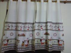 cortina bege com estampa de pinguins