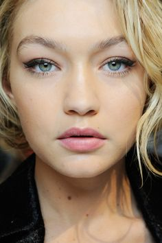 Gigi Hadid looks flawless with her nude makeup look and pink lipstick.