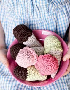 Lav fine, hæklede is i forskellige farver, så børnene kan lege isbutik i legehuset, Diy Crochet And Knitting, Crochet Food, Knitting For Kids, Crochet For Kids, Crochet Baby, Kids Play Food, Knitting Patterns, Crochet Patterns, Chrochet