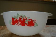 Apparently, I need to figure out how to get my hands on this! Strawberry pyrex from australia.....swwwoooon