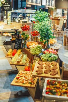 美と健康をテーマに旬のフルーツを楽しめるカフェ「RAMO FRUTAS CAFE(ラモフルータスカフェ)」にて、旬のフルーツと食事が楽しめる『フルーツビュッフェ』が開催されます。旬のフルーツはもちろん、ジュースや食事メニューも充実♩ Hotel Breakfast, Gourmet Breakfast, Breakfast Buffet, Hotel Buffet, Buffet Set, Desert Buffet, Warm Food, Food Displays, Cold Meals