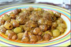 Un savoureux tajine zitoun qui veut dire tajine aux olives vertes, un plat algérien simple et rapide à la fois. De tendres boulettes de viandes hachée, des