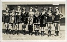 'In Mack Sennett assembled a bevy of girls known as the Sennett Bathing Beauties to appear in 'provocative' bathing costumes in comedy short subjects, in promotional material, and in promotional events like Venice Beach beauty contests. Vintage Love, Vintage Beauty, Vintage Fashion, Vintage Girls, Vintage Bathing Suits, Vintage Swimsuits, Vintage Pictures, Vintage Images, Sports Nautiques
