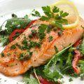 Muy sencilla y rica receta para preparar el salmón. Los paquetitos de salmón cocinados con jugo de limón, vino Marsala, alcaparras y romero.