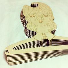 engraved plywood coat hangers; könnte man auch auf existierende Bügel etwas eingravieren?