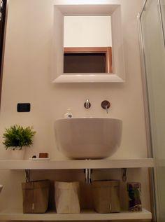 Design bathroom with Pozzi-Ginori sink and Kartell Ghost mirror http://www.therapy4home.com/shop/pozzi-ginori-500-bacinella-appoggio-41110/