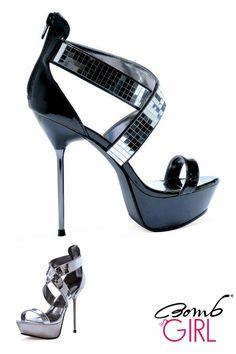 Bomb Girl, il brand delle scarpe sexy, elegante sandalo platform Rhea con tacco a spillo alto quasi 13 cm e un plateau di 2.5 cm. Questo fantastico sandalo, ha una fascia nera sulla parte anteriore e una fascia incrociata ricoperta da strass quadrati a forma di specchio che riflettono la luce. La parte posteriore della scarpa riporta una cerniera. Disponibile in colore nero in cinque misure, dalla 36 alla 40.