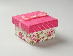 Caixinha em madeira MDF, forradas com tecido por fora e pintadas por dentro na cor predominante, com laço na tampa. Jute Crafts, Decoupage Box, Organiser Box, Diy Box, Covered Boxes, Box Packaging, Storage Boxes, Creative Gifts, Trinket Boxes