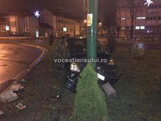Accident în Piața Bălcescu din Timișoara, unde un șofer beat s-a înfipt cu mașina direct într-un stâlp de iluminat