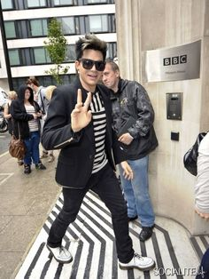 Did @adamlambert know his shirt would totally match the ground?  Or is he SO FAB that this just magically happened?    Adam Lambert Gives The Peace Sign While Arriving At BBC Radio 2