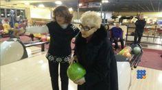 Cette grand mère de 84 ans fait un strike pour son premier essai au bowling ...   http://noemiconcept.com/index.php/fr/departement-informatique/webbuzz-tech-info/206650-webbuzz-du-05-02-2015-elle-fait-un-strike-du-premier-%C3%A0-84-ans-a-84-years-old-grand-ma-makes-a-strikes-the-first-shoot.html#video