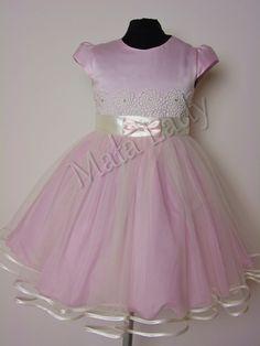 Wiztyowa sukienka Diana to połączenie satyny oraz delikatnego tiulu w kolorze różowym. Góra sukienki udekorowana gipiurą w kolorze ecru. Odszyta płótnem bawełnianym oraz podszewką. Sukienka posiada kryty zamek, rękawy motylek oraz możliwość wiązania z tyłu sukienki szarfą w pasie. Sukienka dostępna jest również w kolorze ecru, ecru-malinowym oraz malinowym.