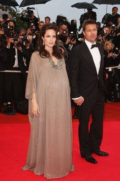 Angelina Jolie Photos - Brad Pitt and Angelina Joile arrive for the 'Changeling' Premiere at the Palais des Festivals during the International Cannes Film Festival on May 2008 in Cannes, France. Angelina Jolie Pregnant, Angelina Jolie Photoshoot, Angelina Joile, Angelina Jolie Style, Celebrity Maternity Style, Celebrity Babies, Winter Outfits Women, Fall Fashion Outfits, Maternity Gowns