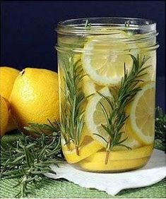 Avoid the many toxic chemicals in air fresheners sold in stores. Discover what a great experience it is to make natural air freshener at home. House Cleaning Tips, Cleaning Hacks, Diy Arts And Crafts, Home Crafts, Simmering Potpourri, Natural Air Freshener, Citronella Candles, Tomato Cages, Linen Spray