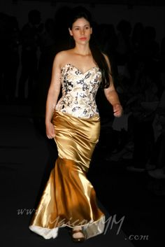 corset  over bust de tecido de renda com apliques de paetês, prata e dourado Saia modelo sereia em cetim de seda mista,na cor ouro.