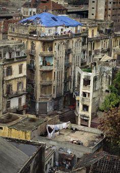 LEBANON. Beirut. 1991. Ancien quartier a #Gemmayze #Beyrouth . Immeubles residentiels delaisses apres l guerre .