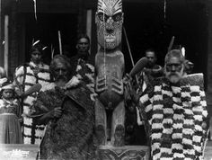 Ao Atama, Hekerangi, and others outside Te Whai-a-te-Motu meeting house, ca 7 January Maori People, Tribal People, Ohm Tattoo, Maori Tribe, Polynesian People, West Papua, Maori Designs, Nz Art, Maori Art