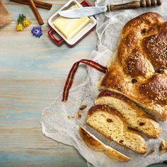 Τσουρέκι με σταφίδες και μπαχαρικά /    Easter bread with raisins and spices. Αφράτο πασχαλινό τσουρέκι με μοναδικό άρωμα! #millsofcrete #tsoureki #easterrecipes #greekrecipes #greekfood #traditional #sweetbread #easter #πασχα #πασχαλινεςσυνταγες #τσουρεκι #πασχαλινοτσουρεκι #παραδοσιακοφαγητο Easter Recipes, French Toast, Bread, Breakfast, Food, Morning Coffee, Breads, Baking, Meals