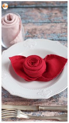 diy napkin folding Make these easy napkin foldings for Valentine's day ! Napkin Folding Rose, Napkin Rose, Wedding Napkin Folding, Valentines Bricolage, Valentine Crafts, Diy Home Crafts, Crafts For Kids, Serviettes Roses, Ostern Party