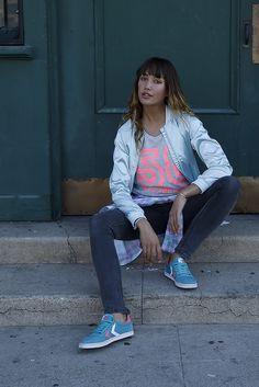 """Mit dem Sneaker-Modell """"Slimmer Stadil"""" hat das dänische Sportlabel Hummel einen Sneaker auf den Markt gebracht, der jetzt schon Kultstatus genießt. Leicht, bequem und in cooler Retro-Optik designt, ist der Slimmer Stadil der perfekte Sportschuh für den Frühling – vor allem in der frischen Farbkombi Türkis/Koralle."""