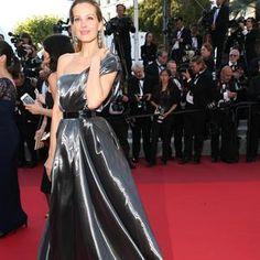 """La montée des marches de """"Julieta"""". Avant l'arrivée de l'équipe du film, le défilé de top models. Petra Nemcova dans une robe signée Safiyaa. (Cannes, 17 mai 2016.)"""
